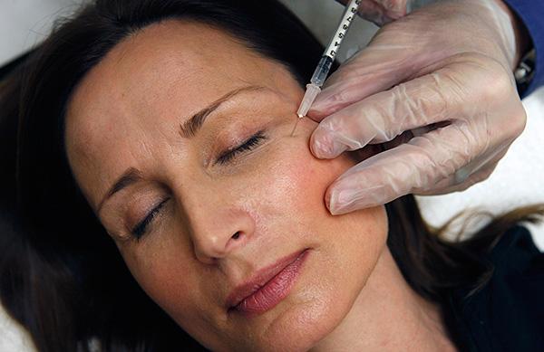 Одним из показаний к применению Ботокса является наличие морщин, вызванных непроизвольным или спастическим сокращением мышц (например, лица).