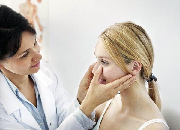 Консультация врача-косметолога перед инъекциями ботулотоксина
