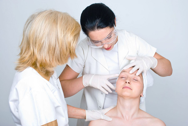 Осмотр лица пациента перед процедурой ботулинотерапии
