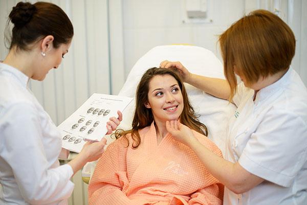 Опытный врач косметолог посоветует необходимую процедуру